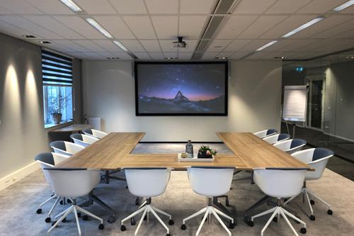 Krachtig AUDAC audiosysteem ter ondersteuning van projectiescherm vergaderruimte