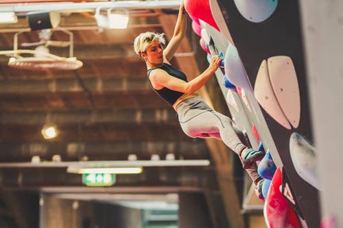 Fanatiek klimmen en bewegen bij Boulder Walhalla